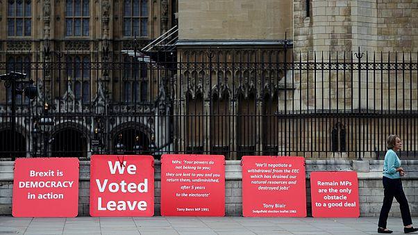 ملصقات مؤيدة لخروج بريطانيا من الاتحاد الأوروبي خارج مجلسي البرلمان في لندن- أرشيف رويترز