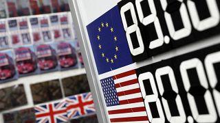 İngiltere'de Brexit belirsizliği Sterlin'in Dolar karşısında değer kaybetmesine yol açtı