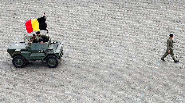 آلية عسكرية قديمة تتقدم في ساحة القصر الملكي في بروكسل