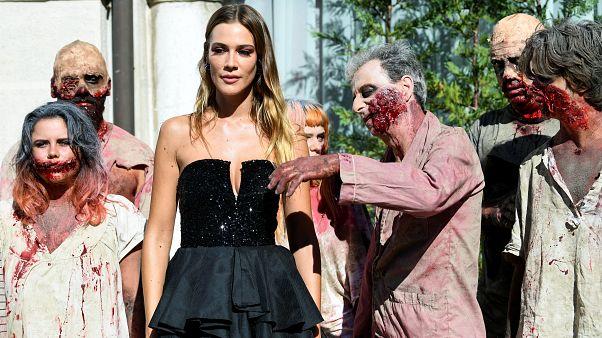الممثلة مارتينا تروني بجانب مجموعة الزوبي