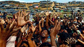 اجئون الروهينغا يمدون أيديهم لتلقي المساعدات- أرشيف رويترز