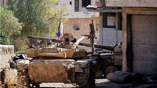 صورة أرشيفية لجندي يعتلي دبابة تابعة لقوات الجيش السوري