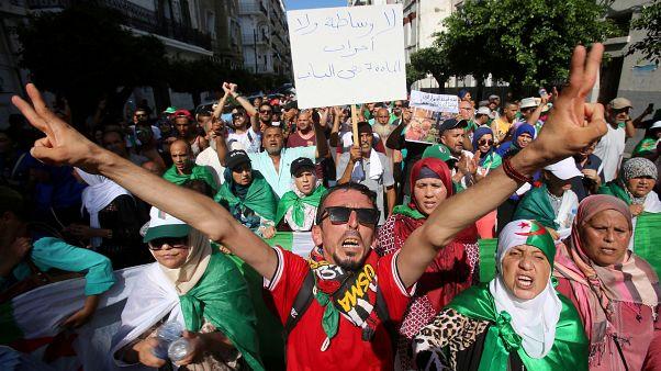 متظاهرون جرائريون خلال مظاهرة في الجزائر العاصمة، الجزائر 30 أغسطس 2019