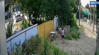 Bir el arabası depodan nasıl kaçırılır? Rus çocukların 'zorlu' el arabası hırsızlığı