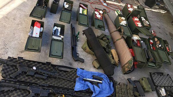 أسلحة غير مرخصة صادرتها الشرطة الأمريكية مؤخراً من أحد المنتجعات في كاليفورنيا