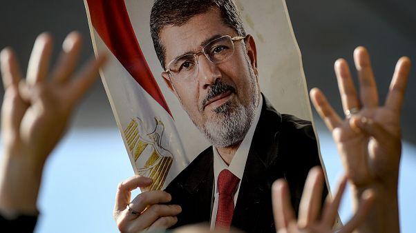 صورة أرشيفية لمتظاهرين يحملون صورة محمد مرسي