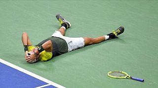 Matteo Berrettini si getta a terra, incredulo per la semifinale conquistata agli US Open.