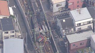 Espectacular choque de un tren contra un camión en Tokio