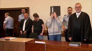Verurteilte Kinderschänder Mario S. und Andreas V. mit ihren Anwälten.