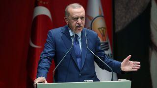 """Erdogan amenaza con dar """"paso libre"""" a los refugiados a Europa si no recibe ayuda de la UE"""