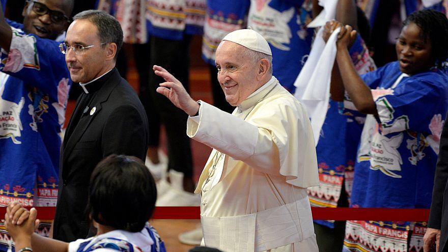 استقبال مردم موزامبیک از پاپ با رقص و آواز