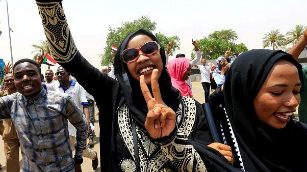 سودانيون يحتفلون بعد توقيع الإعلان دستوري بين المجلس العسكري الانتقالي  والتحالف المعارض في الخرطوم