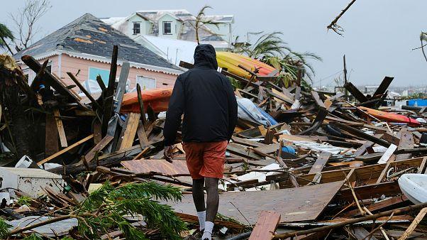 رجل يمشي بين أنقاض المنازل إثر مرور اعصار دوريان في مدينة مارش هاربر في باهاماس. 2019/09/02. دانتي كاريه - رويترز
