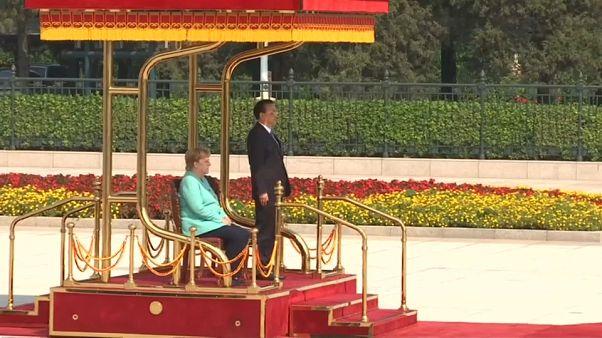 شاهد: ميركل تجلس خلال حفل استقبالها في بكين