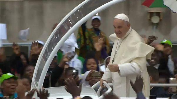 Continua in Mozambico e Madagascar il viaggio africano del papa
