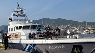 Σκάφος του Λιμενικού μεταφέρει μετανάστες