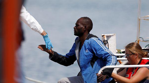 İtalya'da kurtarma gemisinden çıkartılan bir göçmen