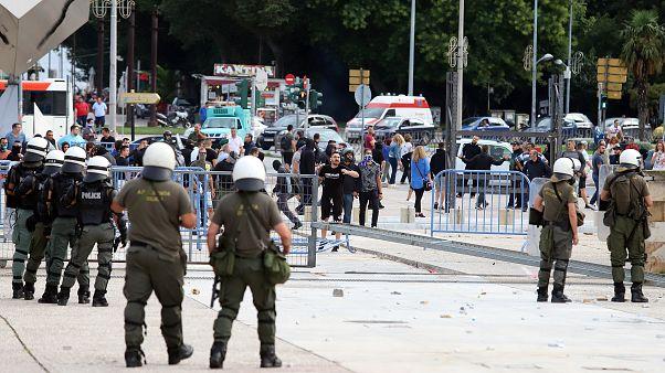 Διαδηλωτές συγκρούονται με αστυνομικές δυνάμεις έξω από την ΔΕΘ