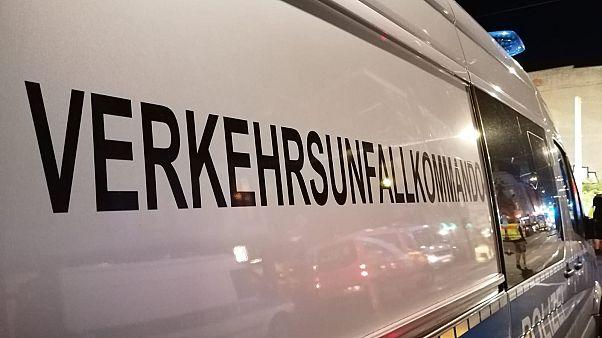 Porsche SUV rast auf Bürgersteig in Berlin-Mitte: 4 Tote