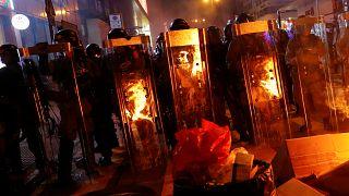Noite de protestos violentos em Hong Kong