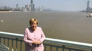 Bundeskanzlerin Angela Merkel posiert für Bilder auf einer Brücke über den Jangtsekiang in Wuhan, China.