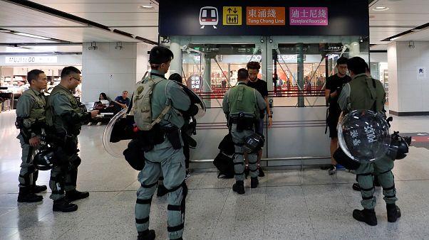 شاهد: الشرطة تتحرك لحماية مطار هونغ كونغ من اجتياح المحتجين