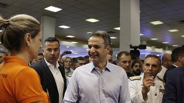 O πρωθυπουργός Κυριάκος Μητσοτάκης, μπροστά από το περίπτερο του υπουργείου Εθνικής Άμυνας