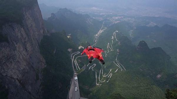 مسابقات پرواز با لباس بالدار از ارتفاعات هزار متری در چین