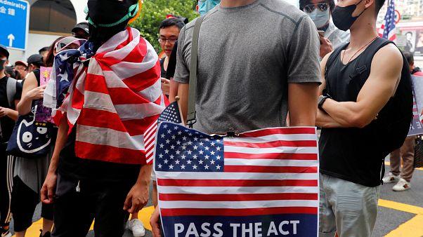 Hong Konglu göstericiler ABD konsolosluğu önünde Trump'tan yardım istedi