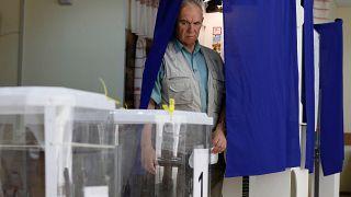 مواطن روسي يتجه للتصويت في مركز اقتراع في موسكو