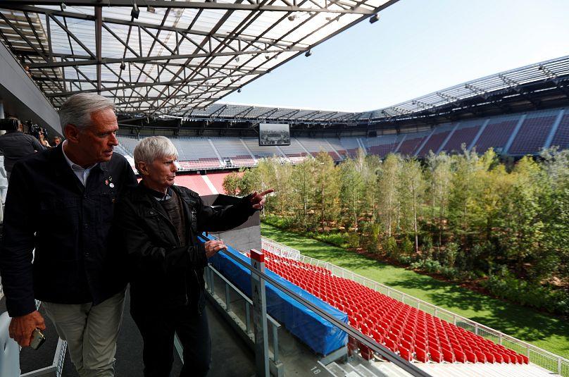 Baume Statt Fussball Kunstler Pflanzt Wald In