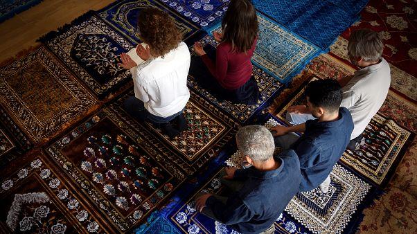 بالصور.. سيدتان تؤمان المصلين في صلاة مختلطة في مسجد بفرنسا