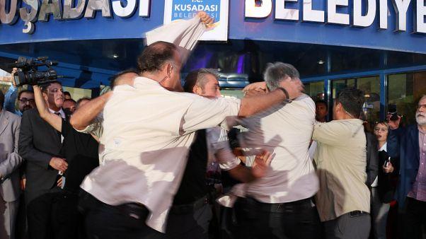 CHP Genel Başkanı Kılıçdaroğlu, Kuşadası Belediyesi önünde bir kişinin yumurtalı saldırısına uğradı. Korumalar Kılıçdaroğlu'nun önünde set oluşturdu