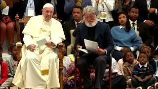 El papa visita la ciudad que salió de un basurero