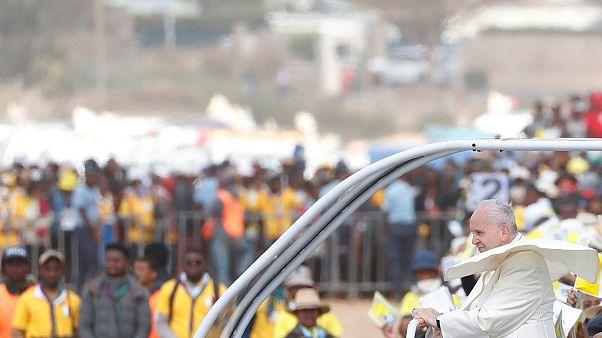 Papa condena corrupção em missa em Antananarivo