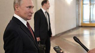بوتين في أحد أقلام الاقتراع للمشاركة في انتخابات محلية في موسكو أمس