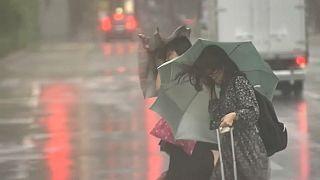 """""""فاكساي"""" يضرب اليابان: مقتل امرأة وإلغاء عشرات الرحلات الجوية"""