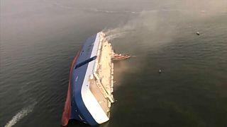 ویدئو؛ واژگونی کشتی باری در نزدیکی ساحل آمریکا