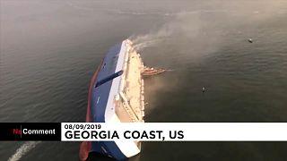 """فيديو: """"إنقاذ وبحث"""" بعد انقلاب سفينة واشتعالها في الولايات المتحدة"""