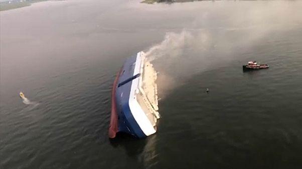 Salvan a los últimos cuatro tripulantes atrapados en un barco naufragado