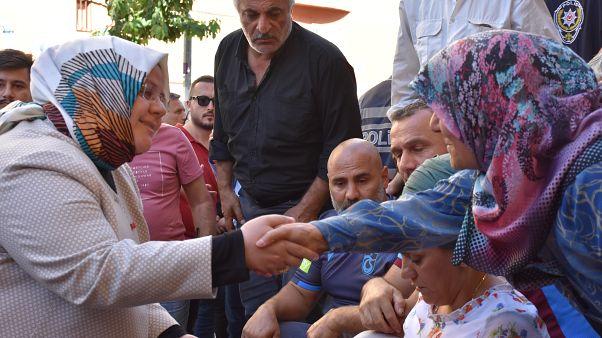 Aile, Çalışma ve Sosyal Hizmetler Bakanı Selçuk Diyarbakır'da eylem yapan anneleri ziyaret etti