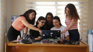 İskenderun Teknik Üniversitesinin (İSTE) kadın mühendis adayları  elektrikli otomobillerin enerji tüketimini azaltmak amacıyla yazılım geliştirdi.
