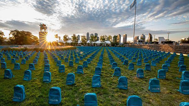 """UNICEF savaşlarda ölen çocuklar için 3 bin 758 okul çantasıyla """"temsili mezarlık"""" oluşturdu"""