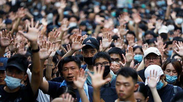 متظاهرون خلال تجمع حاشد للقنصلية الأمريكية العامة في هونغ كونغ- أرشيف رويترز