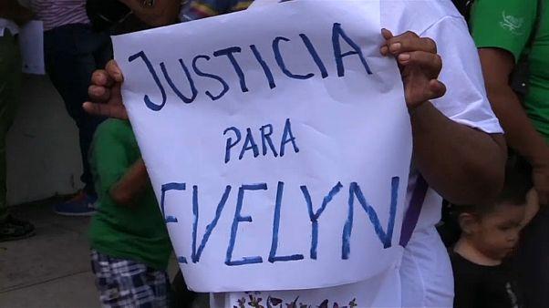 Salvadoreñas contra la justicia por el caso de Evelyn Hernández, acusada de aborto