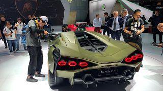 """فيديو: لامبورغيني تعرض """"سيان الخارقة"""" في معرض فرانكفورت للسيارات"""