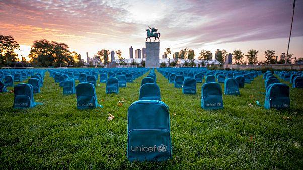 اليونيسف تصنع مقبرة من حقائب مدرسية لتسليط الضوء على ضحايا الحرب من الأطفال