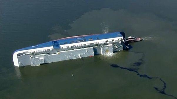 عملیات نجات دو خدمه باقیمانده کشتی واژگون شده در کالیفرنیا