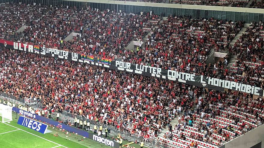 Spiele abbrechen? Kontroverse um Fußball und Homophobie