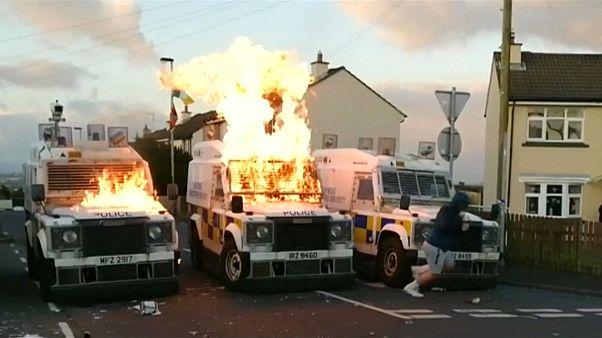 شباب يلقون عشرات القنابل الحارقة على الشرطة في إيرلندا الشمالية